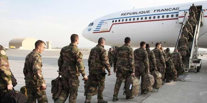 Des militaires français embarquent, le 28 mars 2012, à Kaboul, dans l'avion qui les ramène en France.
