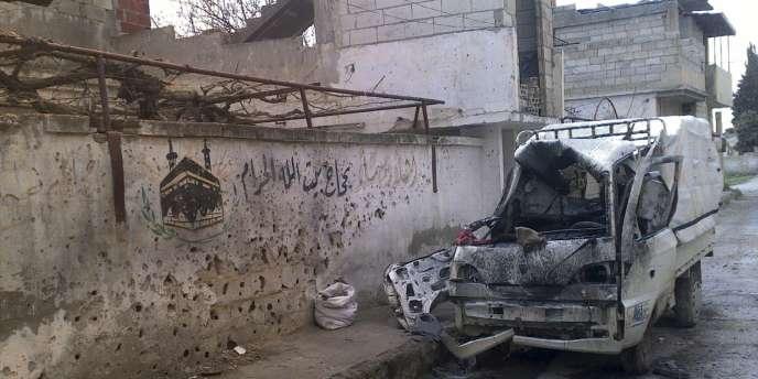 Un véhicule détruit à Homs, le 28 mars 2012.
