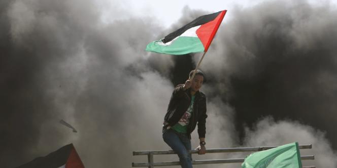 Des manifestants brandissent le drapeau palestinien lors de la Journée de la terre à Beit Hanoun, dans la bande de Gaza, le 30 mars.