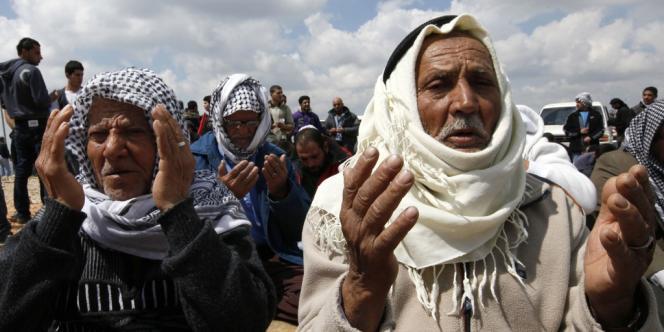 Des Palestiniens prient pour la Journée de la terre dans le village d'Arnoun, près du château de Beaufort, dans le sud du Liban, le 30 mars.