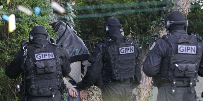 Des membres du GIPN à Couëron,le 30 mars 2012.