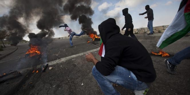 Des jeunes Palestiniens affrontent les forces de sécurité israéliennes lors de la Journée de la terre le 30 mars à Jérusalem-Est.