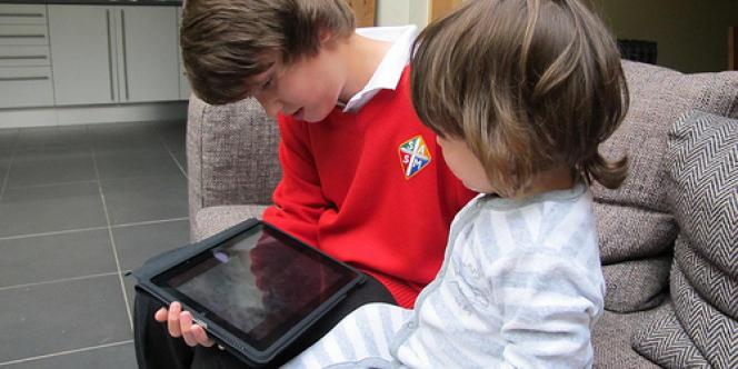 Fin 2012, plus de 10 % des familles françaises seront équipées d'une tablette. Si certains psychologues estiment qu'il ne faut pas diaboliser l'écran, d'autres proposent de mettre en place un contrôle des logiciels dits éducatifs.