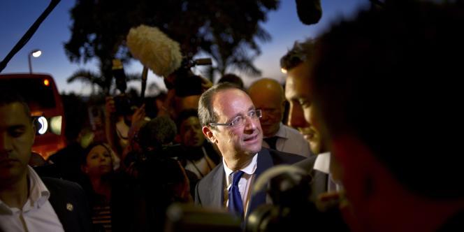 François Hollande à l'aéroport de Saint-Denis de La Réunion, le 31 mars 2012.