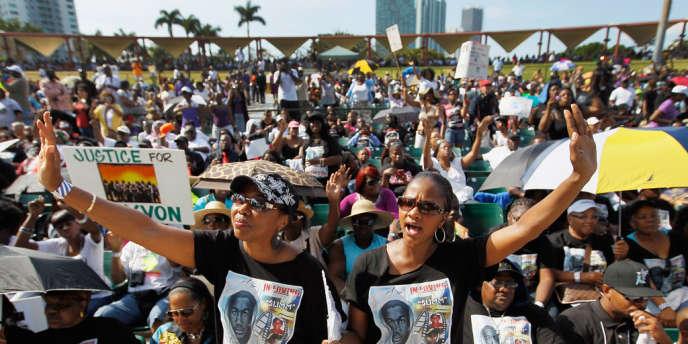 Cinq mille personnes ont manifesté dimanche à Miami pour réclamer l'arrestation de George Zimmerman, un vigile qui a tué Trayvon Martin, un adolescent, le 26 février.