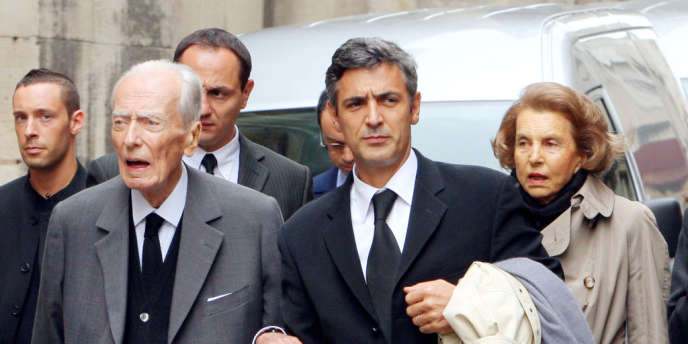 De gauche à droite : André Bettencourt, son majordome Pascal Bonnefoy, et Liliane Bettencourt à Paris, en juillet 2007.