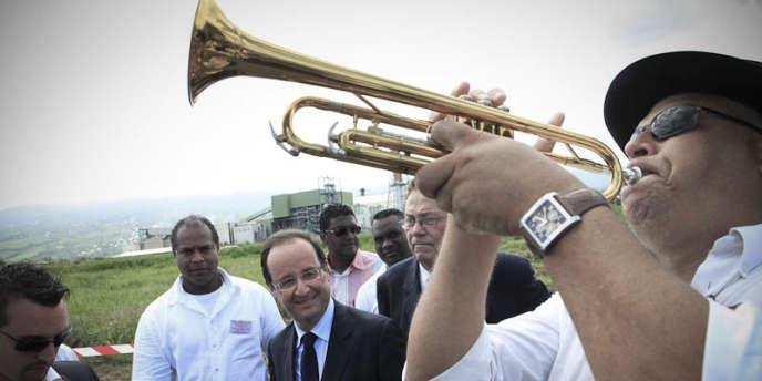 Le candidat socialiste, François Hollande, à Saint-Denis de La Réunion, dimanche 1er avril.
