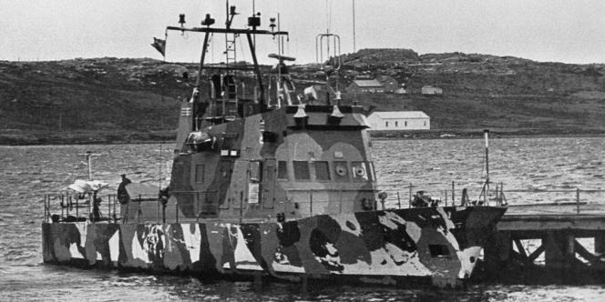 Un navire argentin devant les côtes en Port Stanley en 1982.