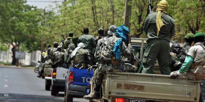 Des militaires de la junte patrouillent le 1er avril à proximité du camp militaire de Kati, situé à une quinzaine de kilomètres de Bamako.