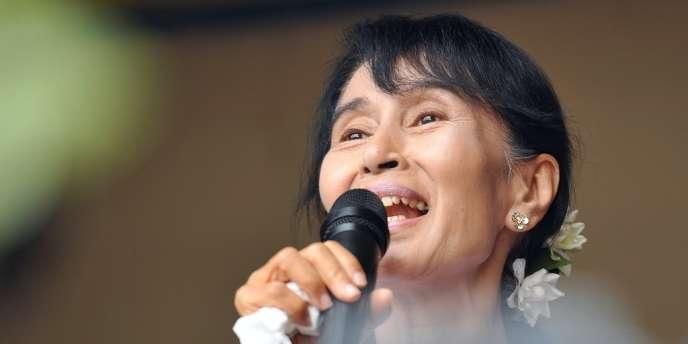Aung San Suu Kyi s'adresse aux journalistes et à ses supporteurs à Rangoun le 2 avril.