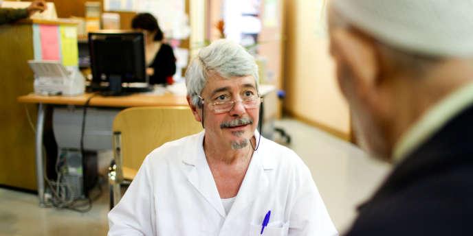 Jacques Murcia, masseur-kinésithérapeute, accueille des patients au centre de santé de la cité des 4 000, à La Courneuve, depuis trente-huit ans.