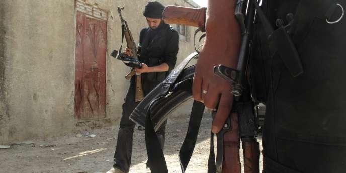 Des membres de l'Armée syrienne libre, le 1er avril, dans les environs de Damas.