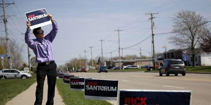 Un partisan de Rick Santorum fait campagne à Menasha, dans le Wisconsin, le 2 avril 2012.