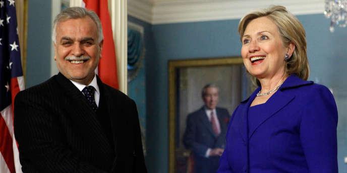 M. Hachémi, un sunnite, dénonce une chasse à l'homme à visées politiques de la part du premier ministre, le chiite Nouri al-Maliki. Ici avec la secrétaire d'Etat américaine Hillary Clinton, à Washington, en février 2010.