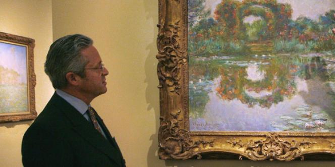 Le marchand d'art Guy Wildenstein devant un tableau de Claude Monet dans sa galerie à New York en avril 2007.