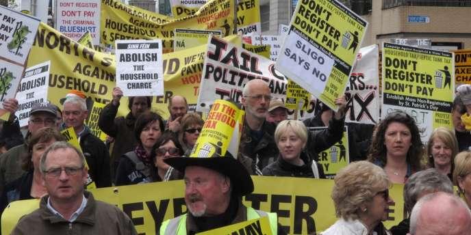 Les Irlandais manifestent contre la nouvelle taxe d'habitation, le 31 mars à Dublin.