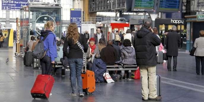 Plusieurs milliers de voyageurs sont concernés par ces retards, puisque toutes les lignes (TGV, RER, TER, etc.) ont été affectées par la panne électrique.