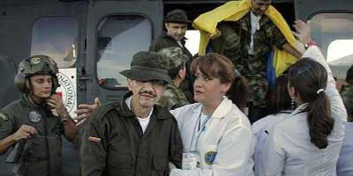 Les derniers otages des FARC, quatre soldats et six policiers, libérés lundi 2 avril, par les guérilleros colombiens.