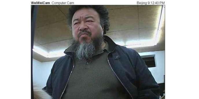 Ai Weiwei devant l'une de ses webcams, mardi matin.