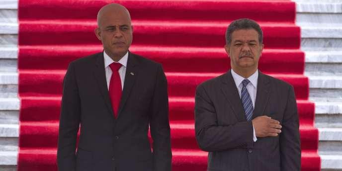 Le président haïtien, Michel Martelly (à gauche), est accueilli par son homologue dominicain, Leonel Fernandez, sur les marches du palais présidentiel à Saint-Domingue, le 26 mars.