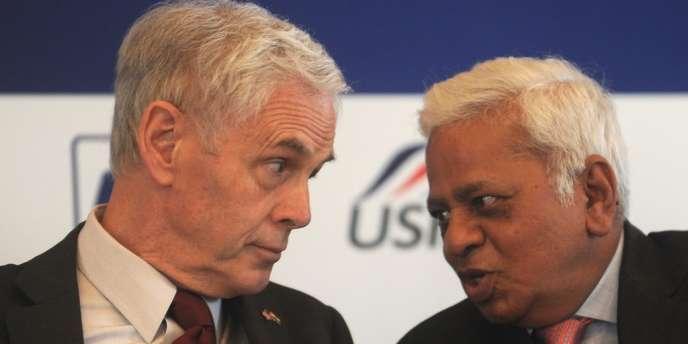 Le secrétaire américian au commerce John Bryson et B. Muthuraman, vice président de Tata Steel, en mars 2012.