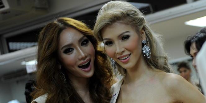 Jenna Talackova, 23 ans, pose à côté d'une miss coréenne à un concours de miss transsexuelles en Thaïlande, le 19 novembre 2010.