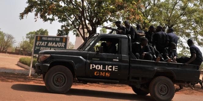 Des policiers maliens au camp militaire de Kati, près de Bamako, le 1er avril.