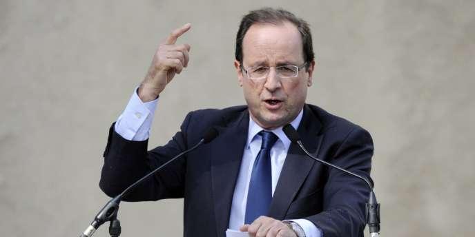 François Hollande lors d'un meeting en plein air, mardi 3 avril, à Tours.