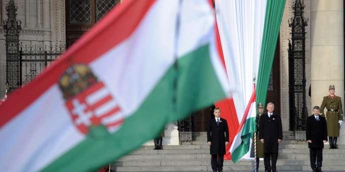 Viktor Orban, Pal Schmitt et Laszlo Köver à Budapest devant le Parlement, le 15 mars 2012.