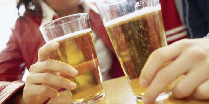 Moins d'un client sur deux des cafés-bars, restaurants et discothèques consomme des boissons alcoolisées.