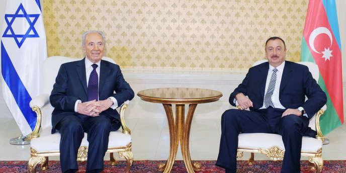 Le président israélien Shimon Peres (à gauche) et son homologue azerbaïdjanais Ilham Aliyev posent pour la presse, le 28 juin 2009 à Bakou, à l'occasion d'une rencontre officielle destinée à renforcer la coopération stratégique entre les deux pays.