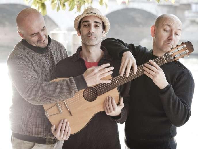 Le groupe Karpatt, de gauche à droite : Frédéric Rollat (guitare et chant), Gaétan Lerat (guitare solo, banjo et chœurs) et Hervé Jegousso (contrebasse et chœurs).