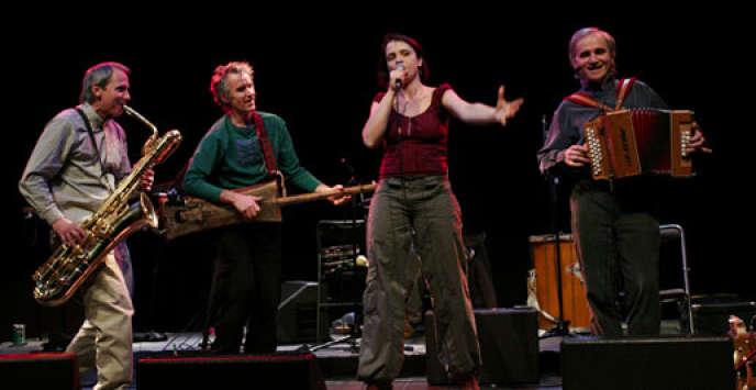 A droite, Daniel Loddo, avec le groupe La Talvera.