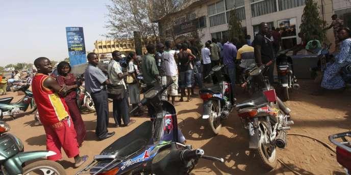 A Bamako, des Maliens font la queue, le 3 avril, devant un distributeur pour retirer de l'argent. Les montants des retraits ont été limités par les banques.