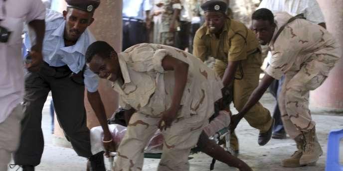 Des militaires emmènent le corps du président de la fédération somalienne de football, Said Mohamed Nur, tué dans l'attaque-suicide du 4 avril 2012.