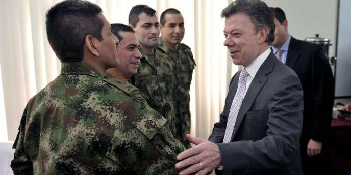 Le président colombien Juan Manuel Santos avec d'anciens otages des Farcs.