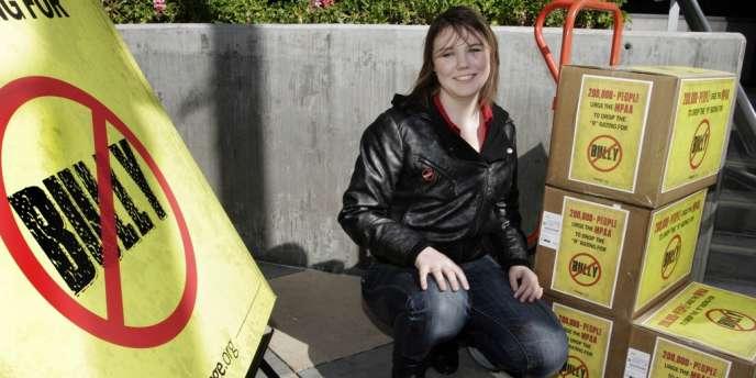 La lycéenne Katy Butler avec sa pétition à Los Angeles, le 7 mars 2012.