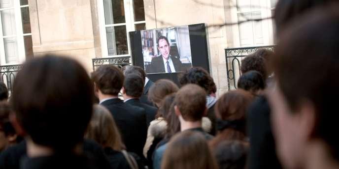 Hommage des étudiants de Sciences Po au directeur de l'institut, mercredi 4 avril.