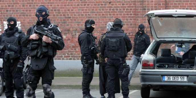 Des membres du GIPN procèdent à la fouille d'un véhicule, à Roubaix, le 4 avril, dans le cadre d'un vaste coup de filet contre les milieux islamistes.