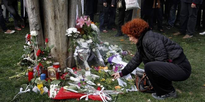 Environ un millier de personnes a afflué sur les lieux du drame en début de soirée. Au pied d'un cyprès, elles ont déposé des bouquets de fleurs et des dizaines de messages appelant notamment