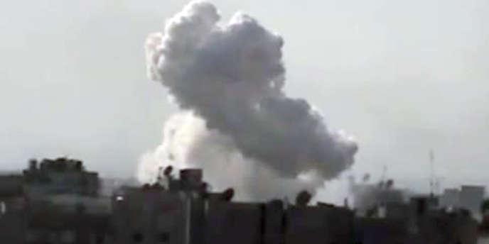 Capture d'écran d'une vidéo montrant les fumées des explosions sur Homs, le 3 avril 2012.