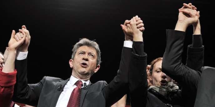 Le candidat du Front de gauche  à la fin de son meeting de Limoges, mercredi 4 avril.