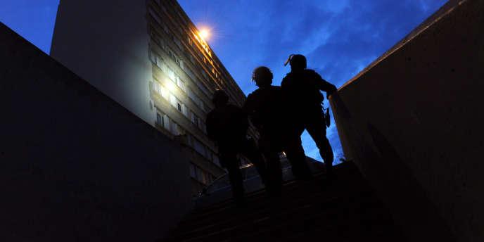 Des policiers du GIPN lors d'interpellations à Marseille, le mercredi 4 avril 2012.