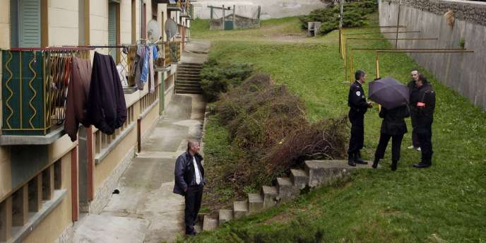 Les enquêteurs au pied de l'immeuble à Mende où un enfant de 9 ans a été tué par balle mercredi.