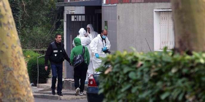 Une des victimes a été touchée alors qu'elle se trouvait dans le hall d'un petit immeuble de quatre étages, dans le quartier de la Grande Borne, à Grigny (Essonne).
