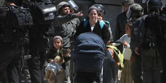 Des soldats de Tsahal évacuent les occupants israéliens d'une maison palestinienne, dont ils avaient pris le contrôle sans autorisation à Hébron.