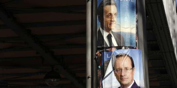 Les affiches de campagne de Nicolas Sarkozy et François Hollande.