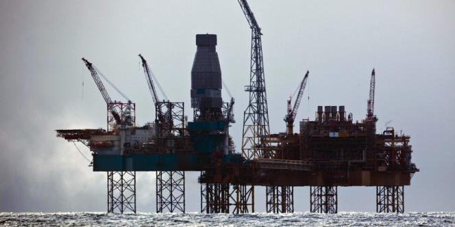 La plateforme Elgin de Total, en mer du Nord, en avril 2012, après une fuite de gaz.