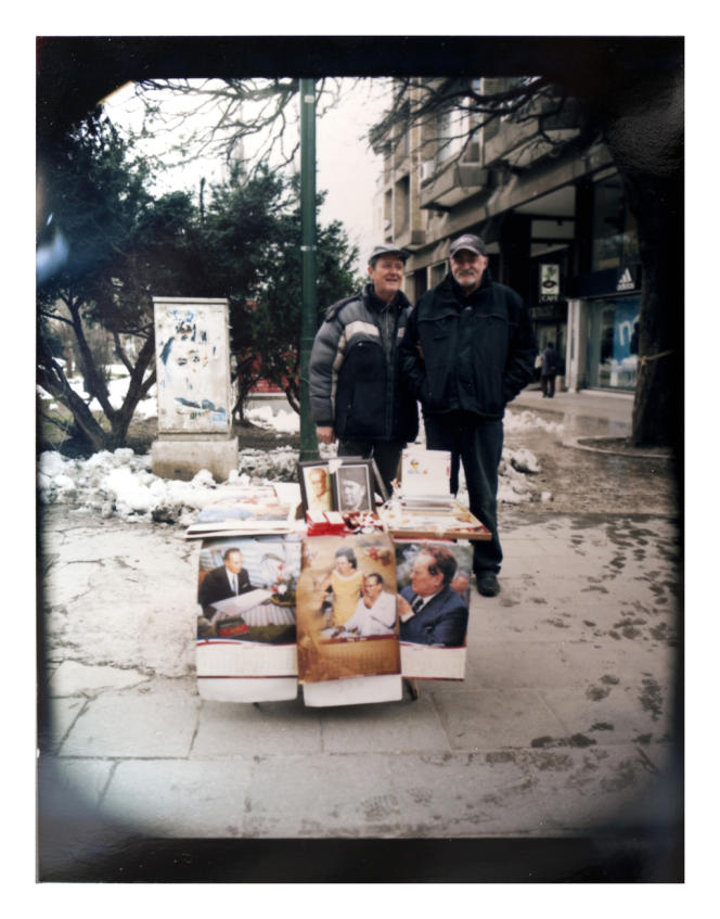 Des vendeurs de souvenirs à l'effigie du maréchal Tito.