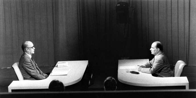 Les deux candidats à l'Elysée, Valéry Giscard d'Estaing (G), président de la République et François Mitterrand (D) s'affrontent le 5 mai 1981 lors d'un débat télévisé sur TF1 précédant le second tour de scrutin de l'élection présidentielle.